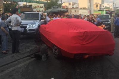 Xe BMW 'quét' hàng loạt ô tô, xe máy trên đường phố Sài Gòn