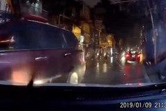 Lao ngược chiều đâm ô tô rồi bỏ chạy, tài xế bị dân mạng truy tìm