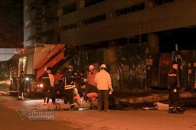 Hà Nội: Xe bồn kéo đổ 4 cột điện, 3 người bị thương