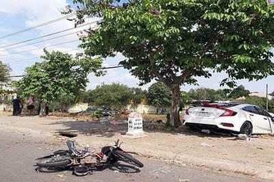 2 ô tô tông nhau, 1 người ngồi trên vỉa hè thiệt mạng