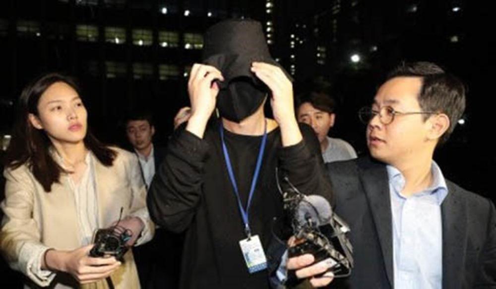 Hot girl bị 20 gã đàn ông xâm hại tình dục nức nở khi rời tòa