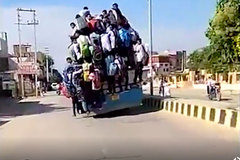 Kinh hoàng cảnh hàng chục sinh viên đu bám xe bus