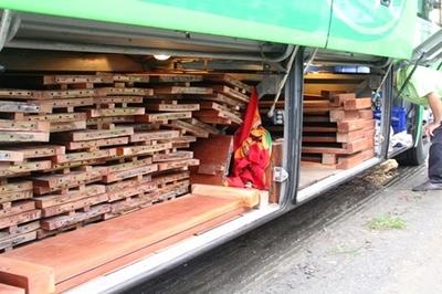 2 xe khách giấu hơn 10m3 gỗ trong khoang hành lý