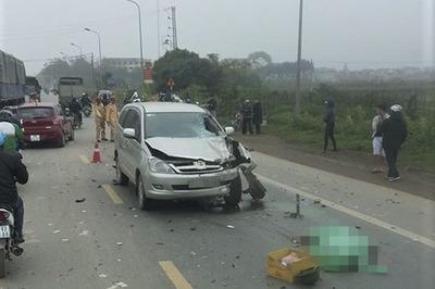 Ô tô Innova vượt ẩu, tông chết 2 người chạy xe máy ở Hà Nội