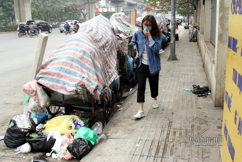 Sự cố ở Thủ đô: 3 ngày không đổ rác, phế thải tràn lòng đường, ngõ phố