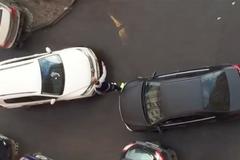 Clip người đàn ông nhẫn nại hết mực trước tài xế nữ lái kém