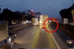 Người phụ nữ đi xe máy thoát chết đầy may mắn dưới bánh xe container