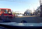 Xe buýt vượt đèn đỏ tông văng người đi xe máy