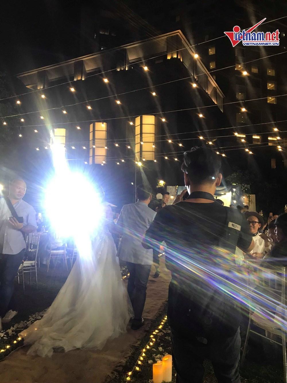 Đinh Tiến Đạt hát và khiêu vũ cùng vợ 9X trong đám cưới ngoài trời