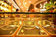 Giá vàng hôm nay 26/4: Khắp nơi chao đảo, vàng vẫn trụ vững