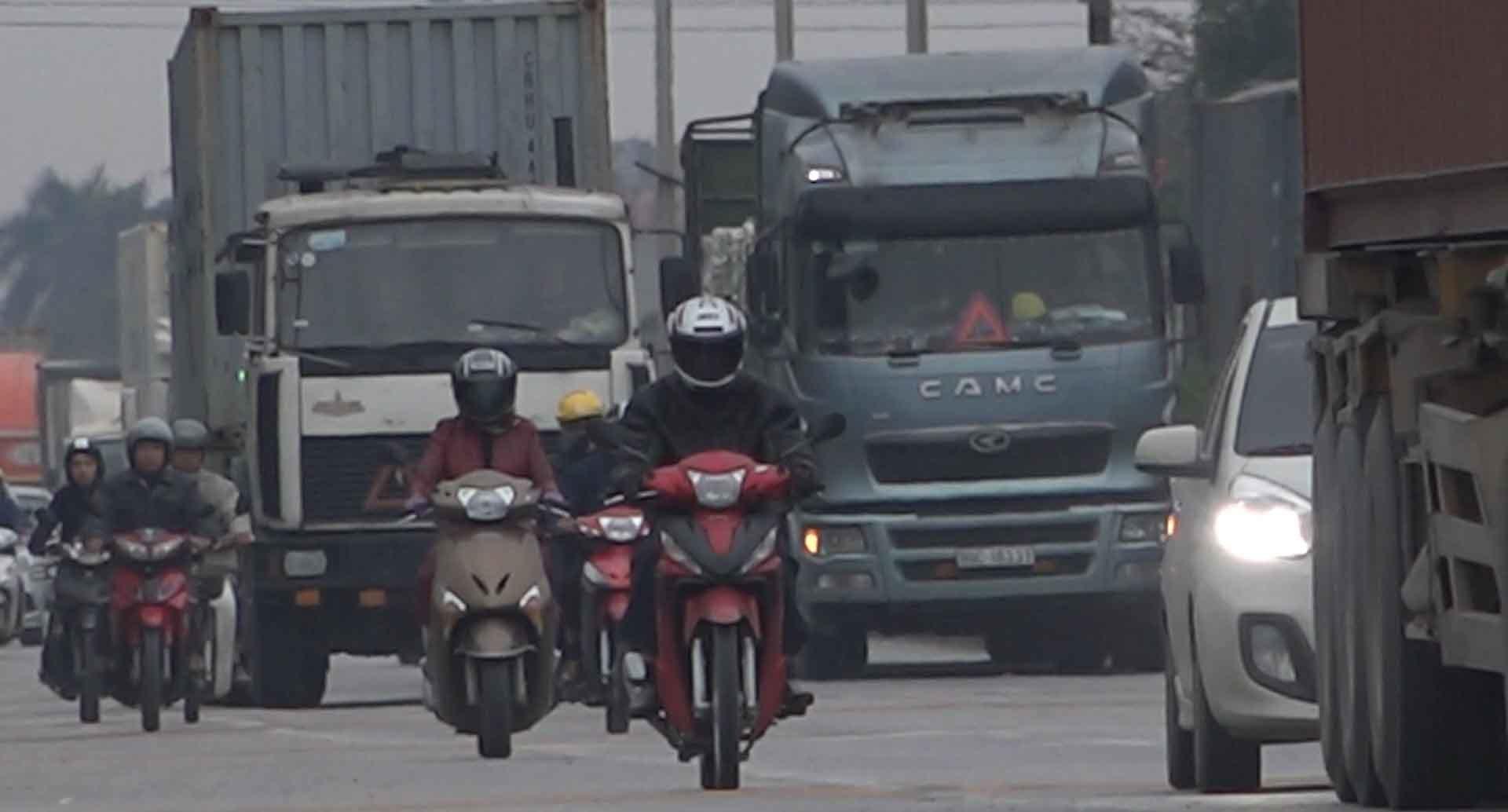 Tai nạn: Kinh hãi có thanh niên ngồi lọt thỏm cầm lái xe container