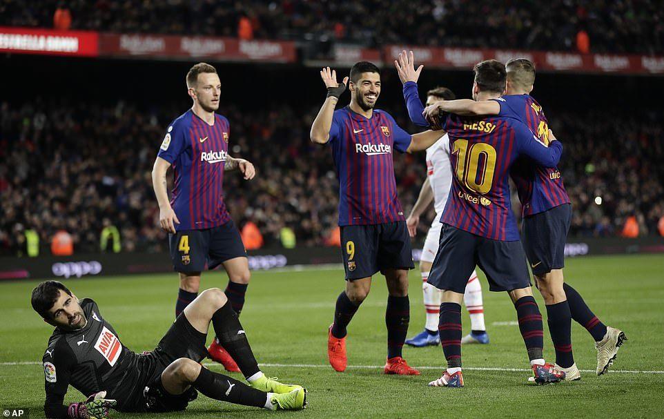 Messi ghi bàn thứ 400, Barca vô địch lượt đi La Liga
