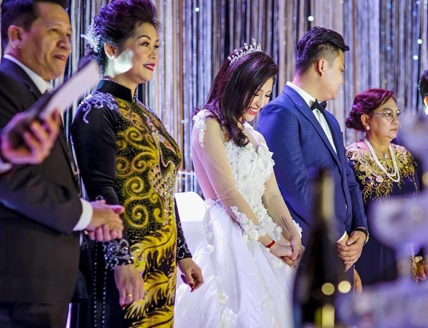Hot girl Vân Navy mặc váy như công chúa hạnh phúc bên chồng doanh nhân
