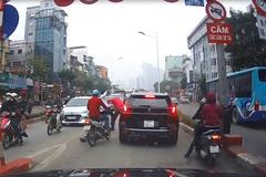 """Ngán ngẩm cảnh vứt xe giữa đường, """"quyết chiến"""" sau va chạm"""