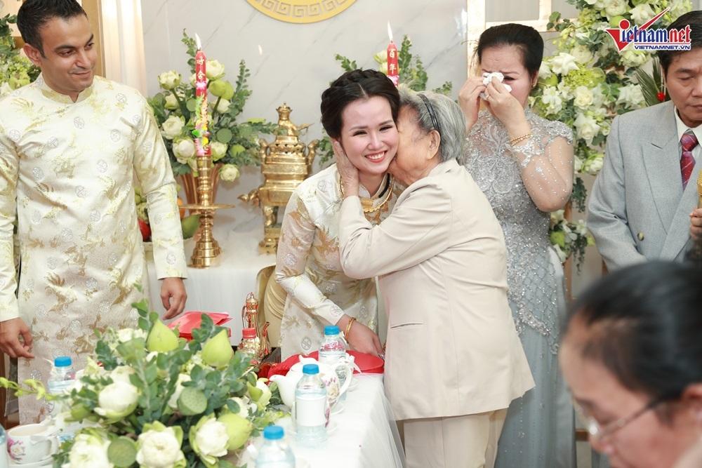Võ Hạ Trâm ôm mẹ khóc trong lễ vu quy cùng doanh nhân Ấn Độ hơn 12 tuổi
