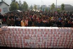 Ngày này năm xưa: Nông dân Trung Quốc đếm tiền thưởng Tết mỏi tay