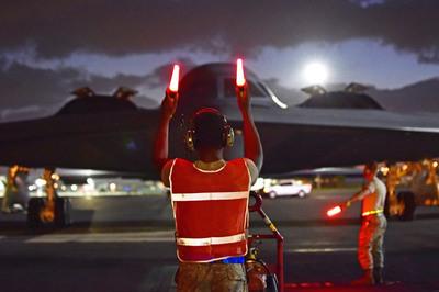 """Mỹ điều siêu chiến cơ đến Trân Châu Cảng """"trực chiến"""""""