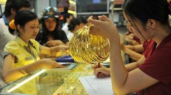 Giá vàng hôm nay 18/1: Ồ ạt mua vàng, tích USD