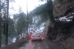 Kinh hoàng cảnh ô tô rơi xuống vực vì một trò nghịch dại