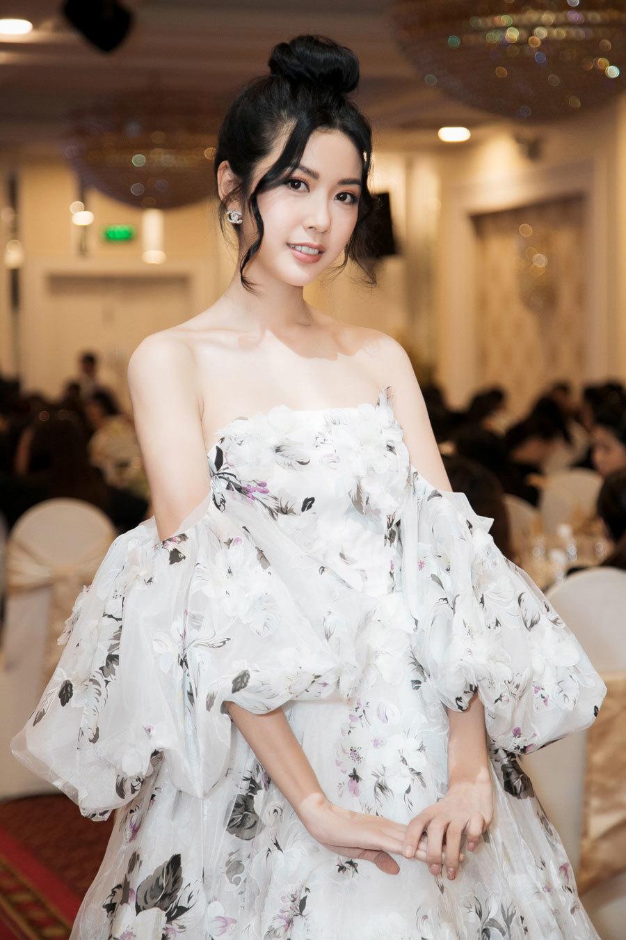 Á hậu Thuý Vân mặc trễ nải khoe vai trần gợi cảm