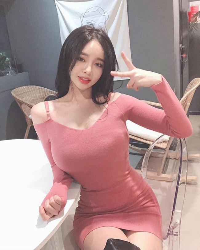 Dù sexy hay kín như bưng, cô gái này vẫn gợi cảm không ngờ