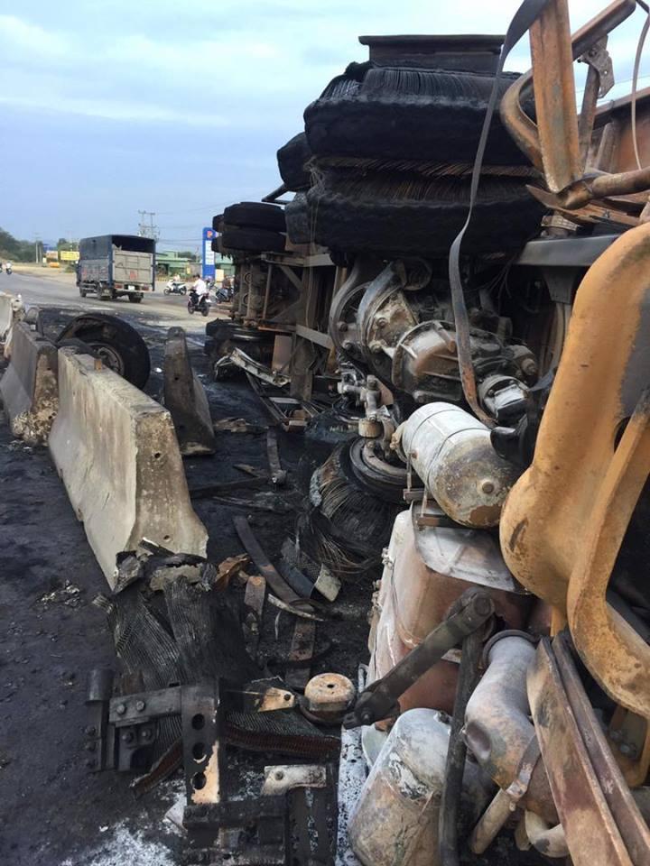 Xe tải lật ngửa trên quốc lộ, cháy ngùn ngụt trong đêm