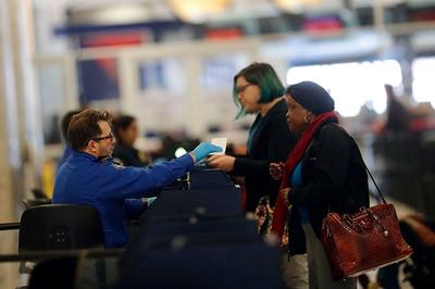 Hành khách 'qua mặt' an ninh, mang cả súng lên máy bay