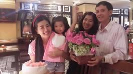 Mai Phương đón tuổi mới bên gia đình sau 5 tháng điều trị ung thư