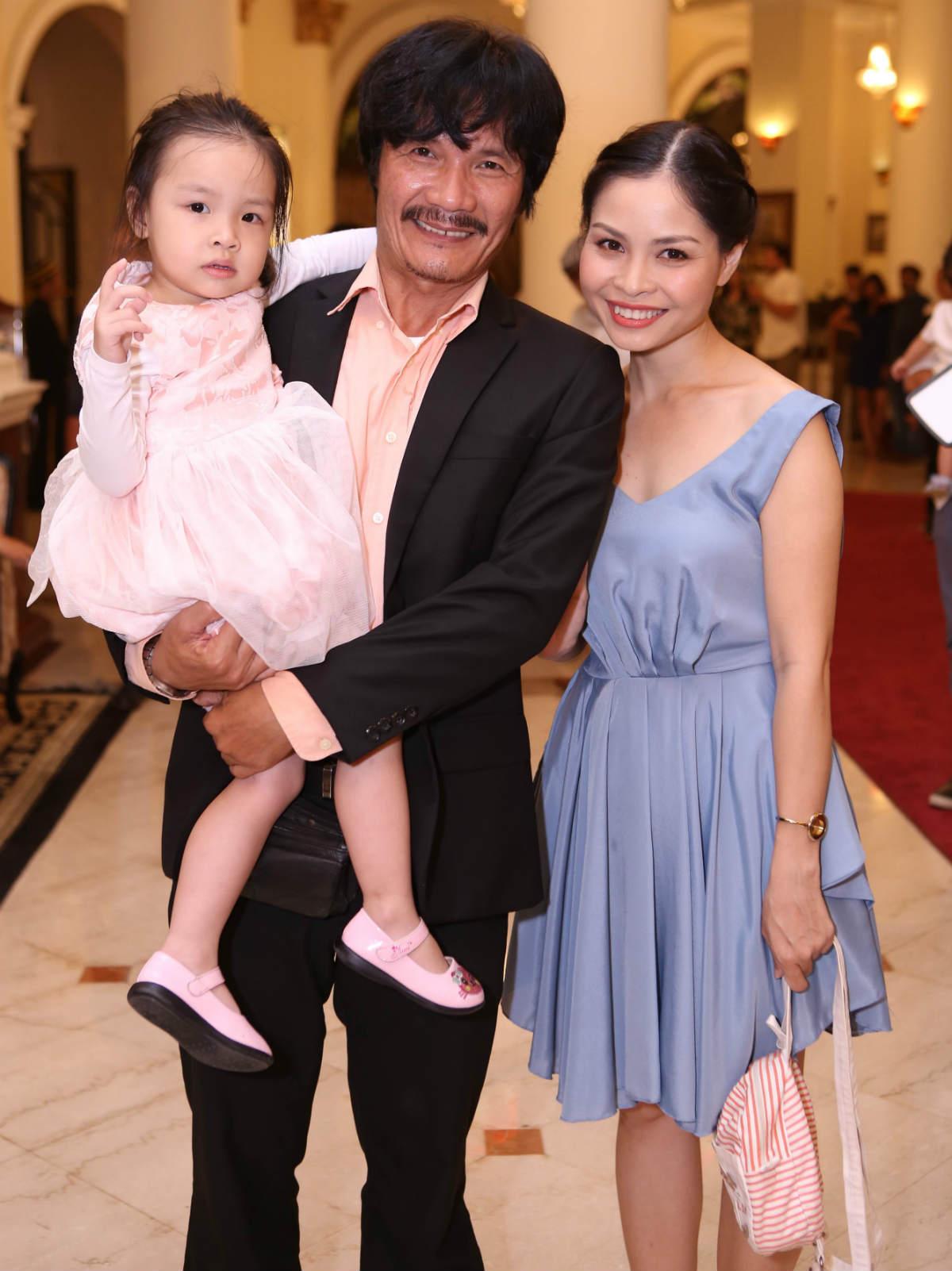 'Một nửa' kém hàng chục tuổi của sao Việt