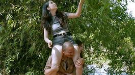 Hot girl mặc quần ngắn, ngồi trên vai em trai Xuân Hinh bị chỉ trích kệch cỡm, phản cảm