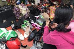 Phiên chợ kỳ lạ: Giày cũ, nồi méo... bằng khen nguyên dấu đỏ
