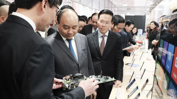 Thủ tướng Nguyễn Xuân Phúc thăm triển lãm công nghệ của Bộ TT-TT