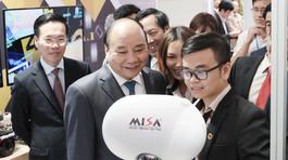 Thủ tướng Nguyễn Xuân Phúc thăm triển lãm công nghệ của Bộ TT&TT