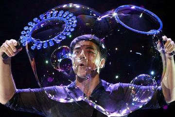 'Huyền thoại bong bóng' Fan Yang sẽ diễn 3 tháng liên tục tại Hà Nội