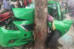 Taxi đâm gốc cây bẹp dúm, tài xế và khách bị thương