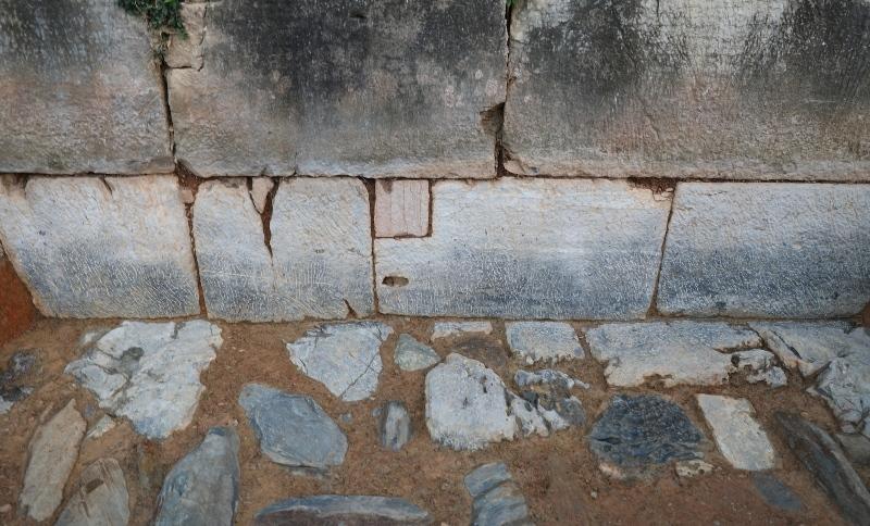 Bí ẩn chôn giấu dưới bức tường thành nhà Hồ