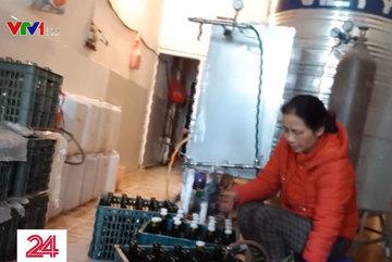 Rùng mình 'công nghệ' sản xuất rượu vang Tết siêu tốc