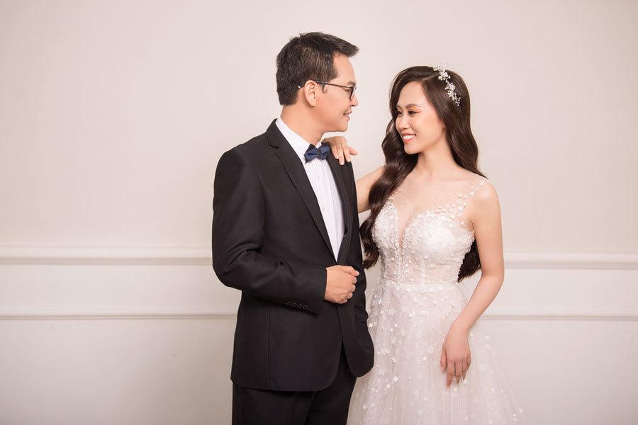 Cô dâu kém 19 tuổi gợi cảm chụp ảnh cưới với NSND Trung Hiếu