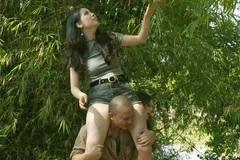 Hài Tết câu khách bằng cảnh hot girl ăn mặc hở hang có động tác dung tục với em trai Xuân Hinh