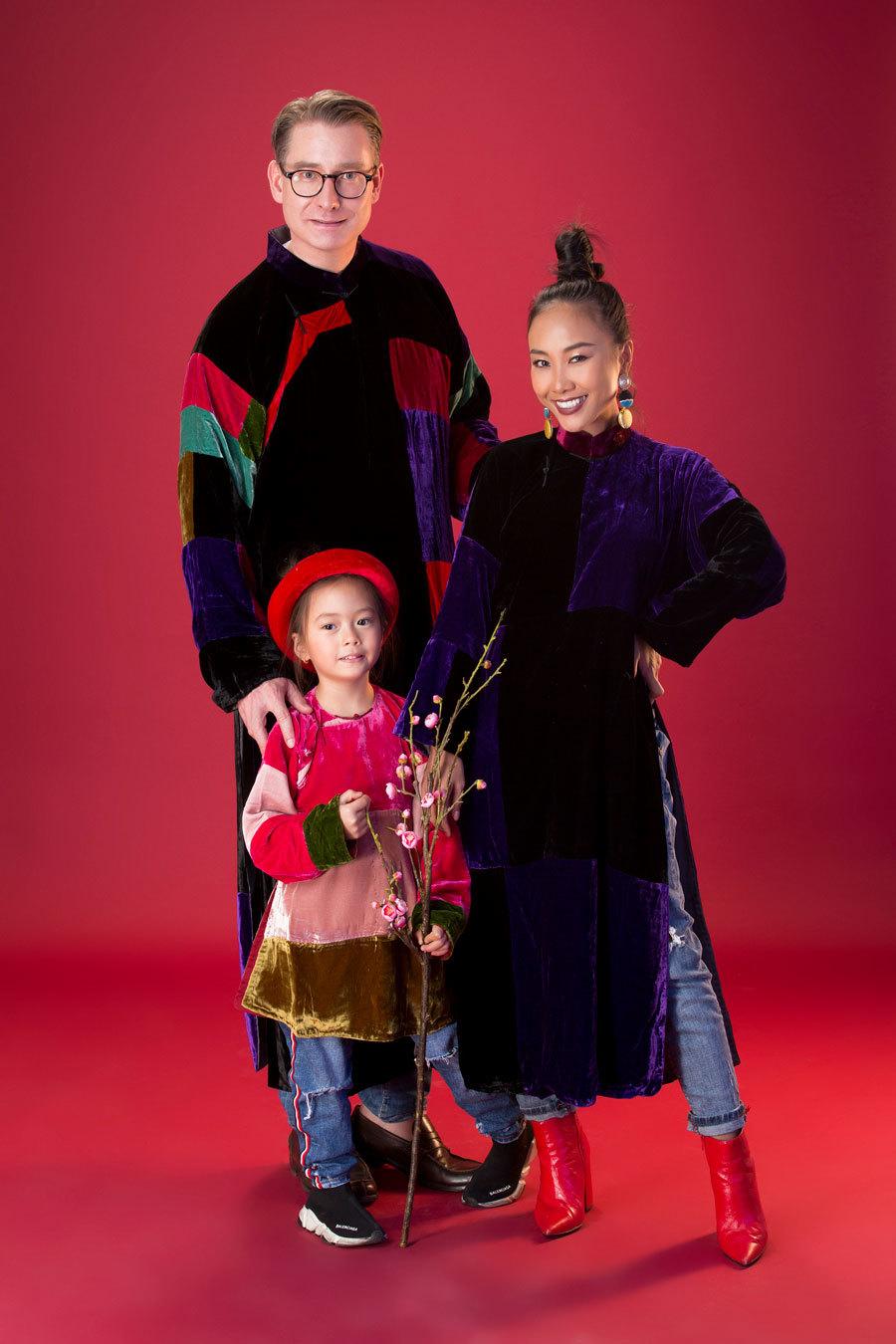 Gia đình Đoan Trang lần đầu làm mẫu áo dài cho NTK Đức Hùng