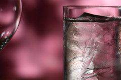Bộ trưởng Canada họp báo ngoài trời, nước trong cốc đóng băng
