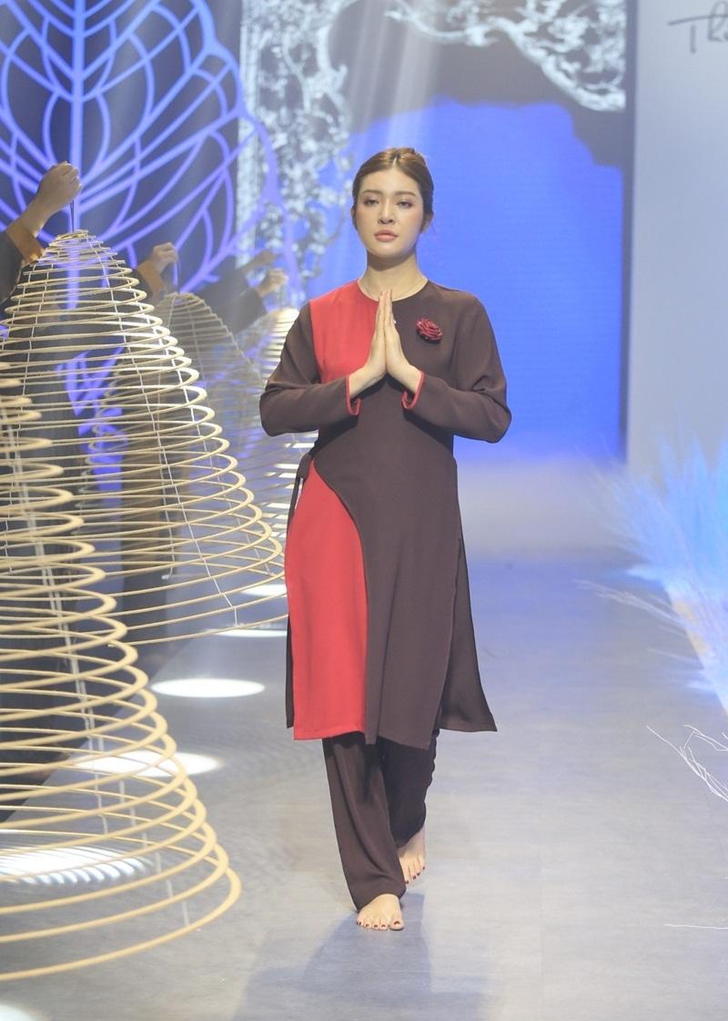 Hồng Quế chân trần catwalk