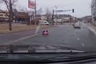 Con rơi giữa đường, mẹ không biết lái ô tô đi tiếp