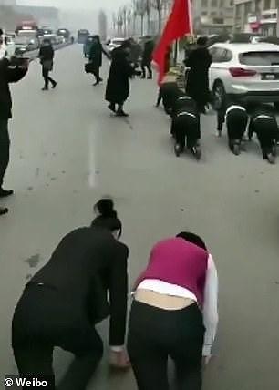 Buộc nhân viên bò trên phố vì không đạt chỉ tiêu bán hàng