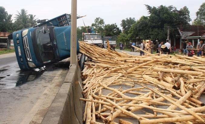 Xe tải đang chạy đổ kềnh ra quốc lộ, 2 người đi cấp cứu