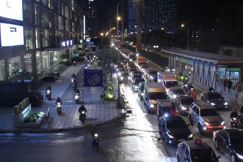 Đường chật kín, người bịt kín lầm lũi nhích trong mưa phùn giá rét Hà thành