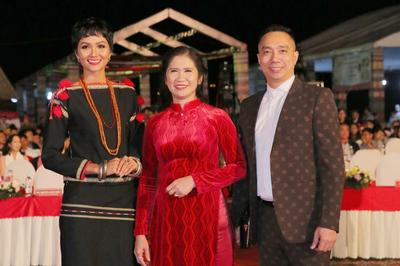 Mặc trang phục dân tộc kín đáo, H'Hen Niê vẫn đẹp rạng rỡ