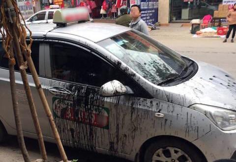 Đỗ chắn cửa, chủ xe lãnh đủ đập phá, đổ sơn, vẽ bậy