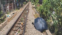 Lao ra đường ray, cô gái bị tàu hỏa tông chết thảm