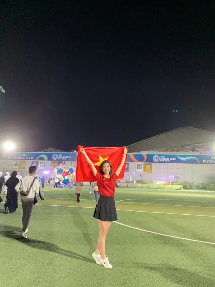 Nữ MC diện bikini bình luận bóng đá xinh đẹp trên khán đài trận VN - Yemen